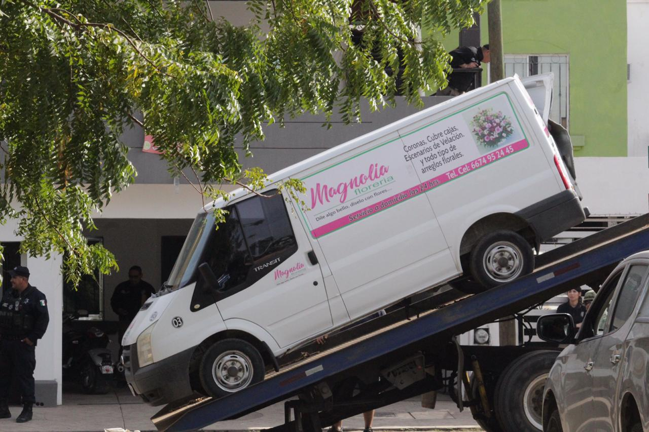 Aseguran camioneta de una florería y otros objetos, en la vivienda resguardada por elementos de la Sedena y PEP en Capistrano