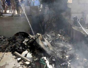 Se estrella avión de pasajeros en una zona residencial de Pakistán